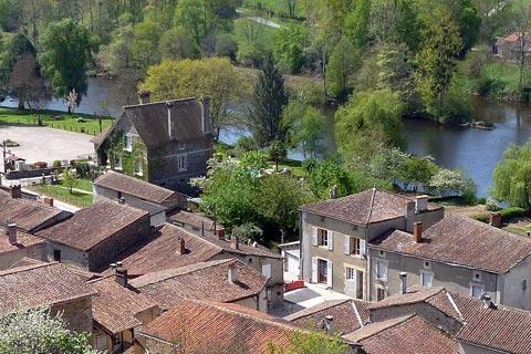 Vue sur village de St-Germain-de-Confolens et la rivière Issoire