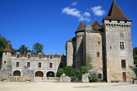 Imposant château en Dordogne, dans le village de Saint-Jean-de-Cole