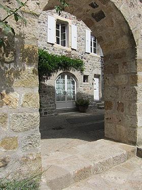 porte ancien dans le centre village de Thueyts