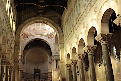 Vue le long de la nef de la basilique Saint-Martin de Tours