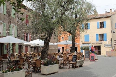 Cafes dans le village de Tourtour