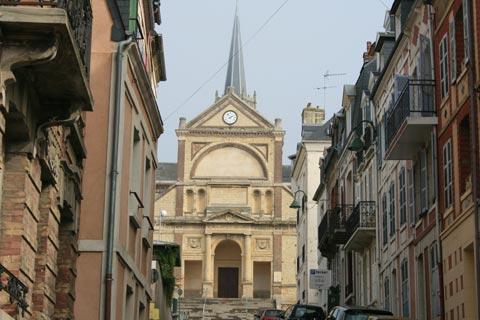 rue et l'église en centre ville de Trouville