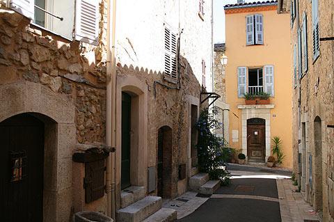 Rue calme du centre ville de Valbonne
