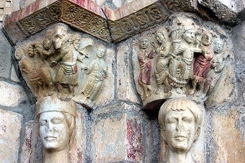 Sculptures romaines autour la porte de la basilique de Saint-Just-de-Valcabrère