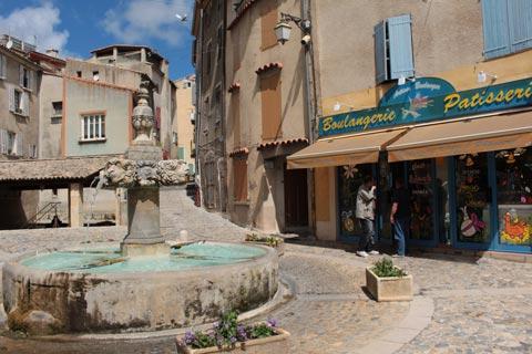 Centre-ville avec fontaine à Valensole