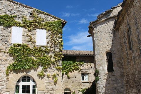 Jolies maisons en pierre à Venasque