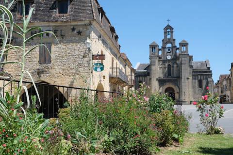 Place principale au centre de Villefranche-du-Périgord