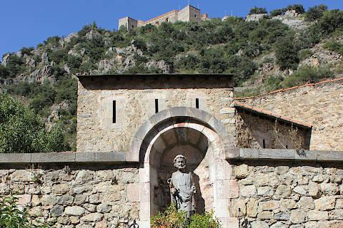 Statue dans les remparts autour du village