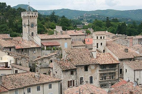 vue a travers des toits de Viviers